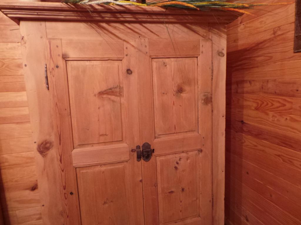 meuble montagnard ancien armoire de bergerie val thorens. Black Bedroom Furniture Sets. Home Design Ideas