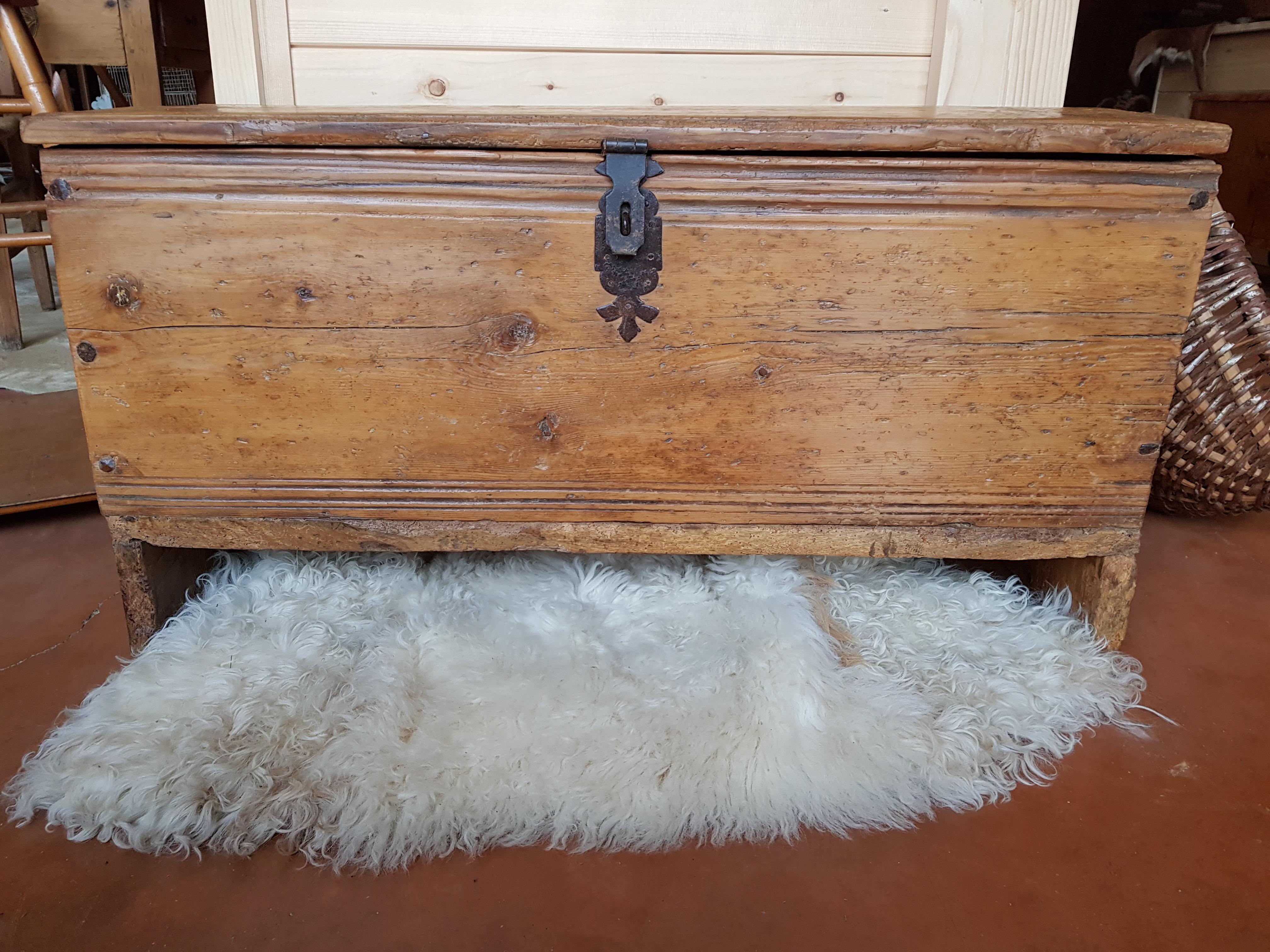 Coffre Ancien Savoyard Crest Voland Antiquite 17eme Siecle
