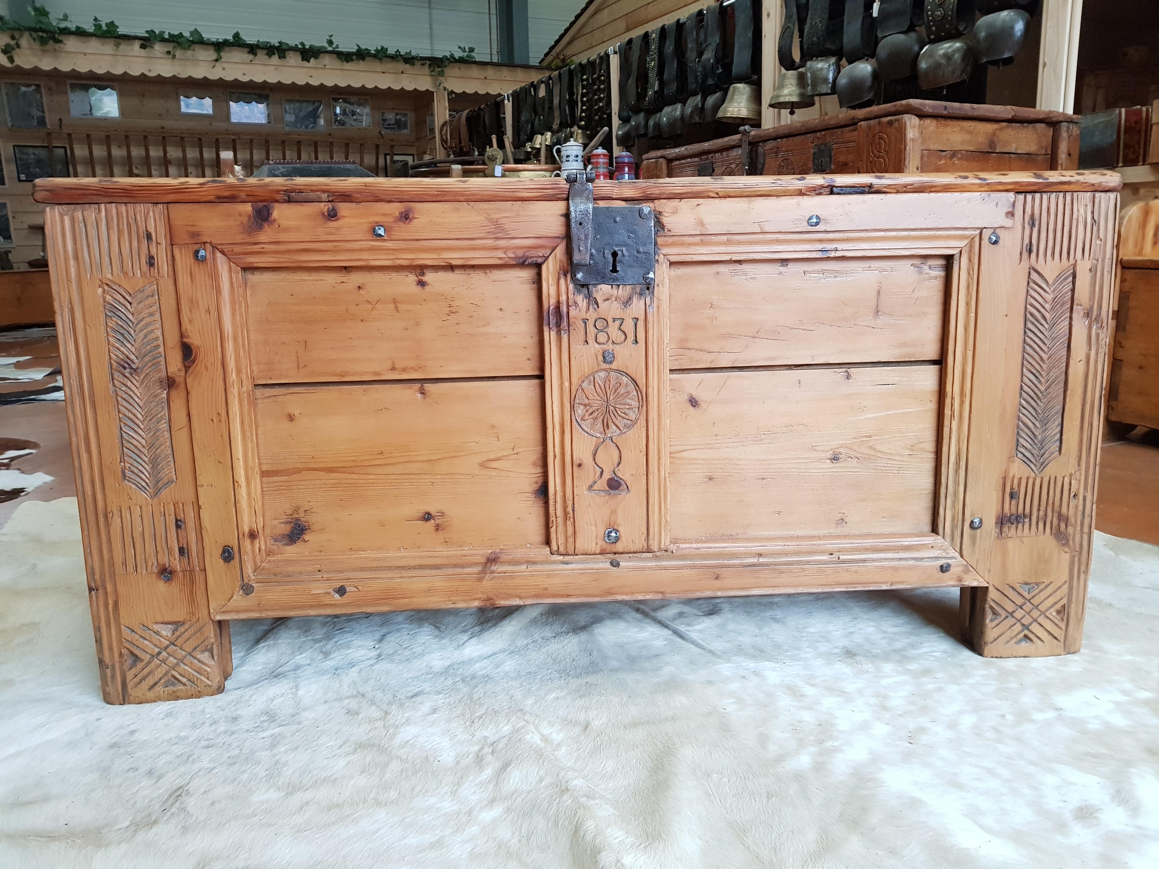 Coffre Ancien Savoie Meuble Deco Interieur Chalet Ferme